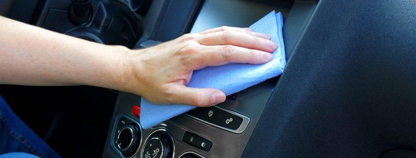čiščenje avtomobila z krpo