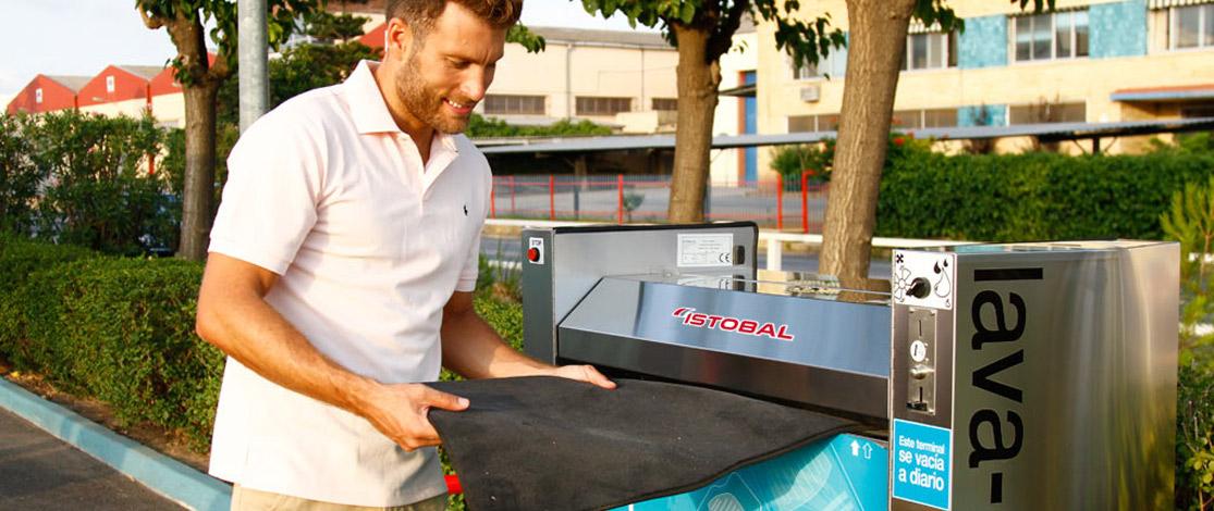 naprava za čiščenje avtomobilskih preprog