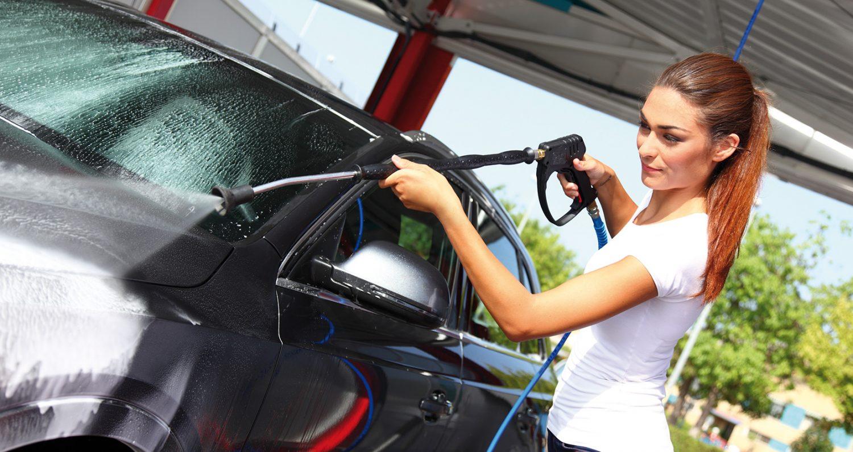 punca ki pere avtomobil s samopostrežno avtopralnico istobal